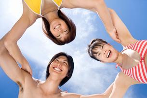 円陣を組む若者の写真素材 [FYI03059902]