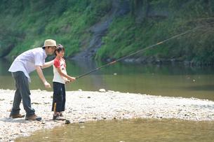 釣りをする父と息子の写真素材 [FYI03059911]