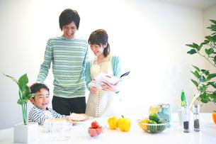 キッチンに立つファミリーの写真素材 [FYI03059994]