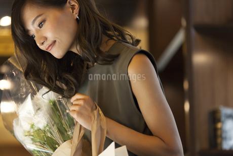 花束を持つ女性の写真素材 [FYI03059997]