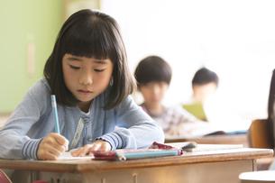 教室で授業を受ける小学生の女の子の写真素材 [FYI03060001]