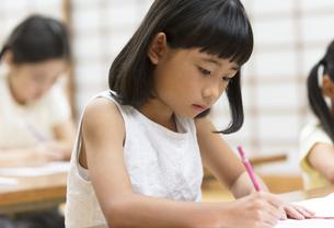 塾の合宿で授業を受ける女の子の写真素材 [FYI03060002]
