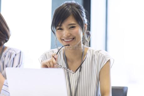 メガネを持つビジネス女性の写真素材 [FYI03060004]