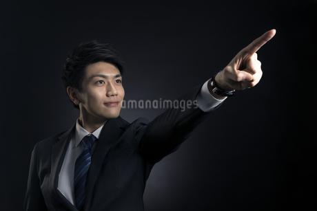 指を指すポーズをとるビジネス男性の写真素材 [FYI03060008]