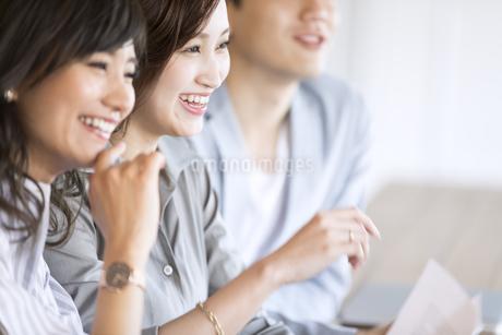 横を向いて笑顔のビジネス女性の写真素材 [FYI03060012]