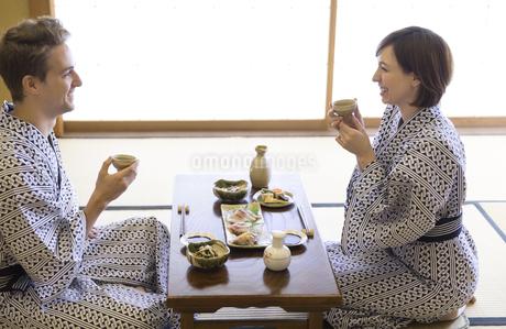 料理を楽しむ男女の外国人観光客の写真素材 [FYI03060014]
