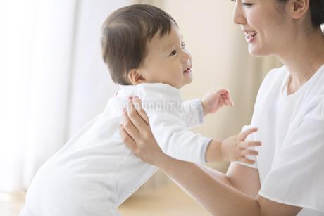 母親に抱きかかえられる赤ちゃんの写真素材 [FYI03060021]
