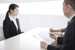 打ち合わせをするビジネス女性の写真素材 [FYI03060022]