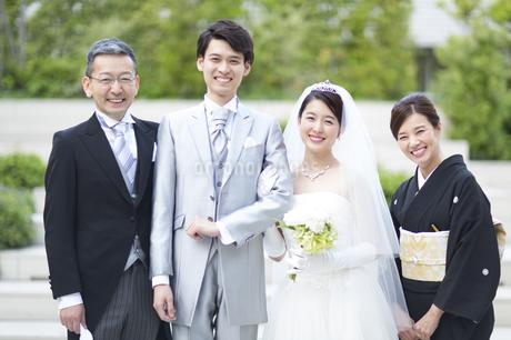集合して笑顔の新郎新婦と両親の写真素材 [FYI03060025]