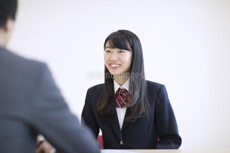 面談を受ける女子高校生の写真素材 [FYI03060031]