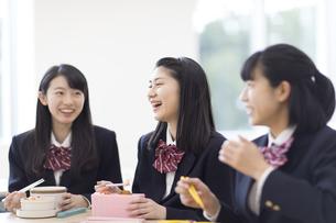 お弁当を食べながら談笑する女子高校生の写真素材 [FYI03060036]