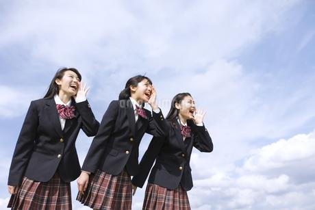 青空に叫ぶ女子高校生たちの写真素材 [FYI03060039]