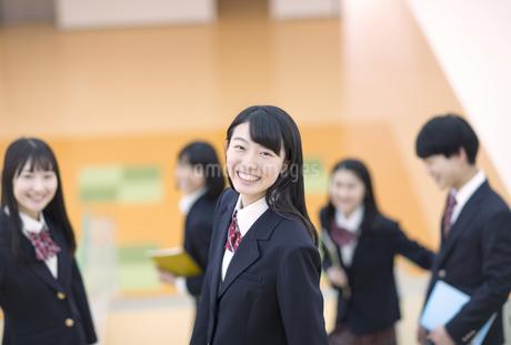 階段の途中で振り返る女子高校生の写真素材 [FYI03060040]