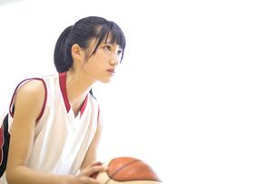 バスケットボールをする女子学生の写真素材 [FYI03060042]