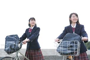 自転車で通学をする女子高校生たちの写真素材 [FYI03060047]