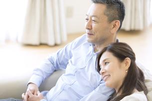 ソファーに座る夫婦の写真素材 [FYI03060052]
