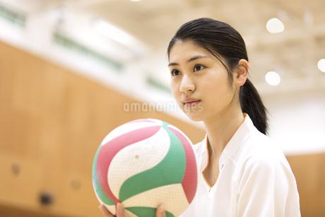 バレーボールをする女子学生の写真素材 [FYI03060053]