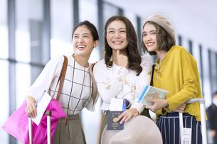 旅行中の女性3人の写真素材 [FYI03060055]