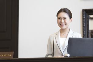 フロントに立つコンシェルジュの女性の写真素材 [FYI03060056]