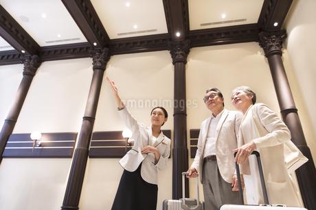 案内を受けるシニア夫婦の旅行者の写真素材 [FYI03060057]