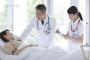 入院患者を診察する男性医師と女性看護師の写真素材 [FYI03060065]