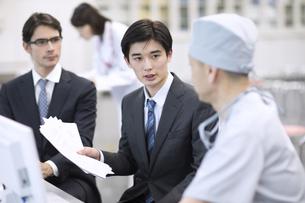 男性医師と打ち合わせをする男性MRの写真素材 [FYI03060070]