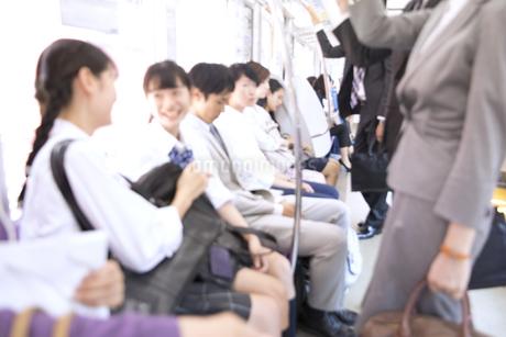 電車移動する人々の写真素材 [FYI03060079]