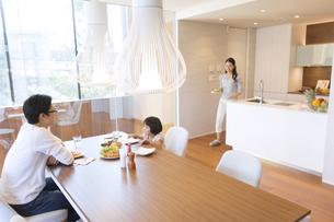家族に食事を用意する母親の写真素材 [FYI03060081]
