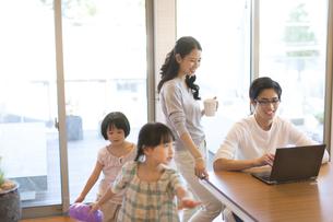 パソコンを見る父親と母親の写真素材 [FYI03060087]
