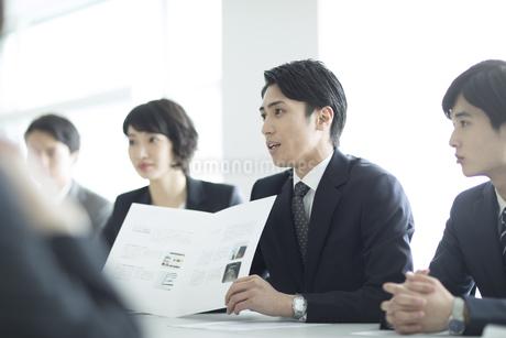 会議中のビジネスマンの写真素材 [FYI03060102]