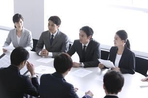 会議中のビジネスマンの写真素材 [FYI03060103]
