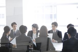 会議中のビジネスマンの写真素材 [FYI03060107]