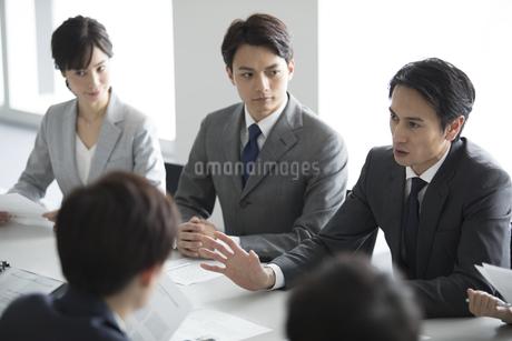 会議中のビジネスマンの写真素材 [FYI03060108]