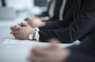 会議中のビジネス男性の手元の写真素材 [FYI03060114]