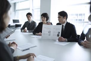 会議中のビジネスマンの写真素材 [FYI03060115]