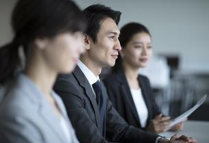 会議中のビジネス男性の写真素材 [FYI03060116]