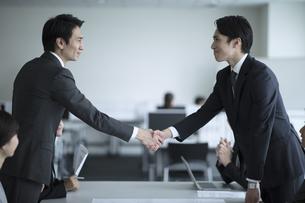 会議で握手をする2人のビジネス男性の写真素材 [FYI03060117]