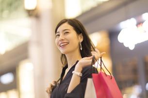 ショッピングを楽しむ女性の写真素材 [FYI03060118]