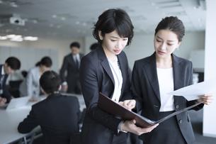 打ち合わせをする2人のビジネス女性の写真素材 [FYI03060119]