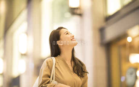 ショッピングを楽しむ女性の写真素材 [FYI03060122]