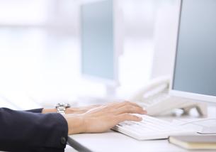 パソコンを操作するビジネス女性の手元の写真素材 [FYI03060123]