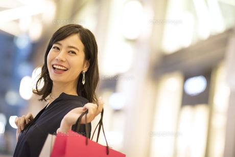 ショッピングを楽しむ女性の写真素材 [FYI03060124]