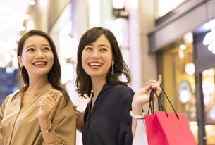 ショッピングを楽しむ2人の女性の写真素材 [FYI03060126]
