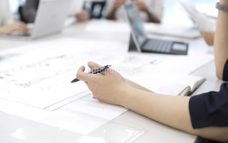 会議中のビジネス女性の手元の写真素材 [FYI03060128]