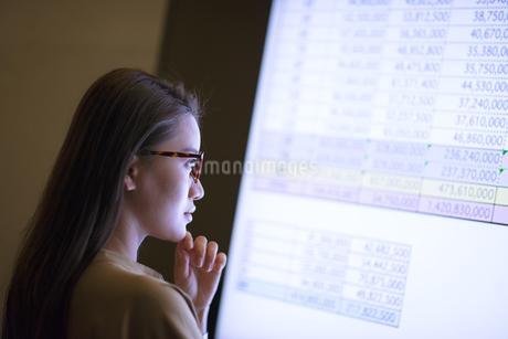 モニターを見て考えるビジネス女性の写真素材 [FYI03060129]