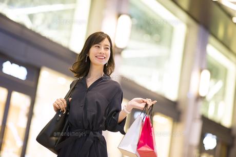 ショッピングを楽しむ女性の写真素材 [FYI03060133]
