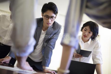 打ち合わせ中の男女のビジネスマンの写真素材 [FYI03060134]