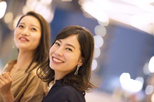 ショッピングを楽しむ2人の女性の写真素材 [FYI03060137]