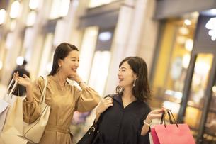 ショッピングを楽しむ2人の女性の写真素材 [FYI03060138]