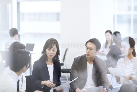 打ち合わせ中のビジネスマンの写真素材 [FYI03060144]